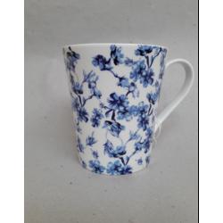 Porcelán bögre 330ml kék virágos