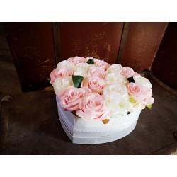 Virágdoboz nagy, szív alakú, szatén rózsákkal